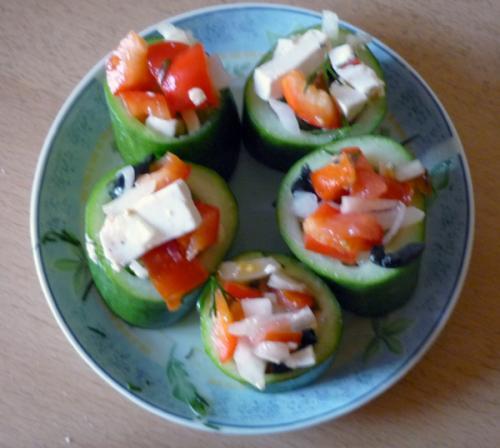Греческий салат в корзиночках из огурца