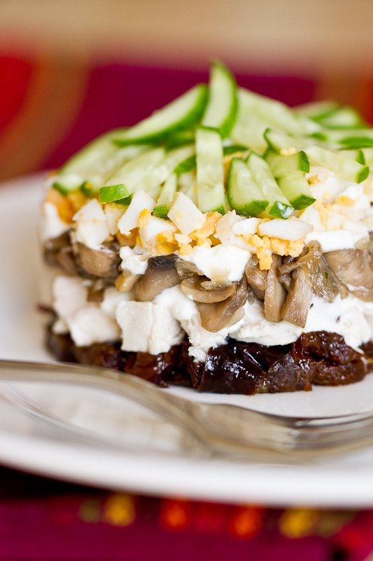 Салат с грибами, черносливом и курицей «Слоечка»