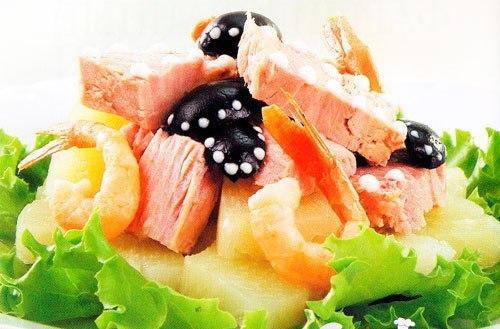 Нежный салат с тунцом и ананасом