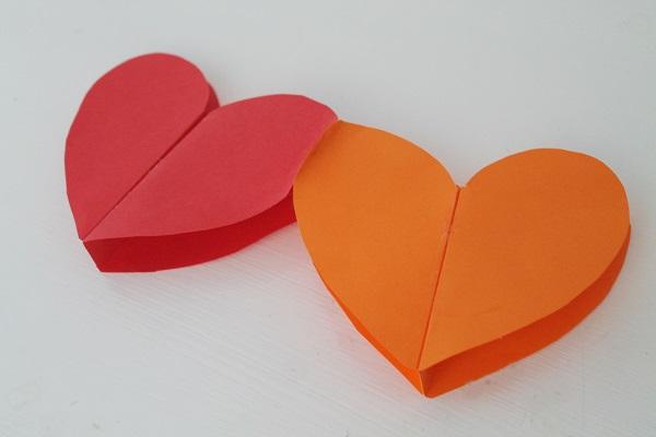 Объемная гирлянда из разноцветных сердечек