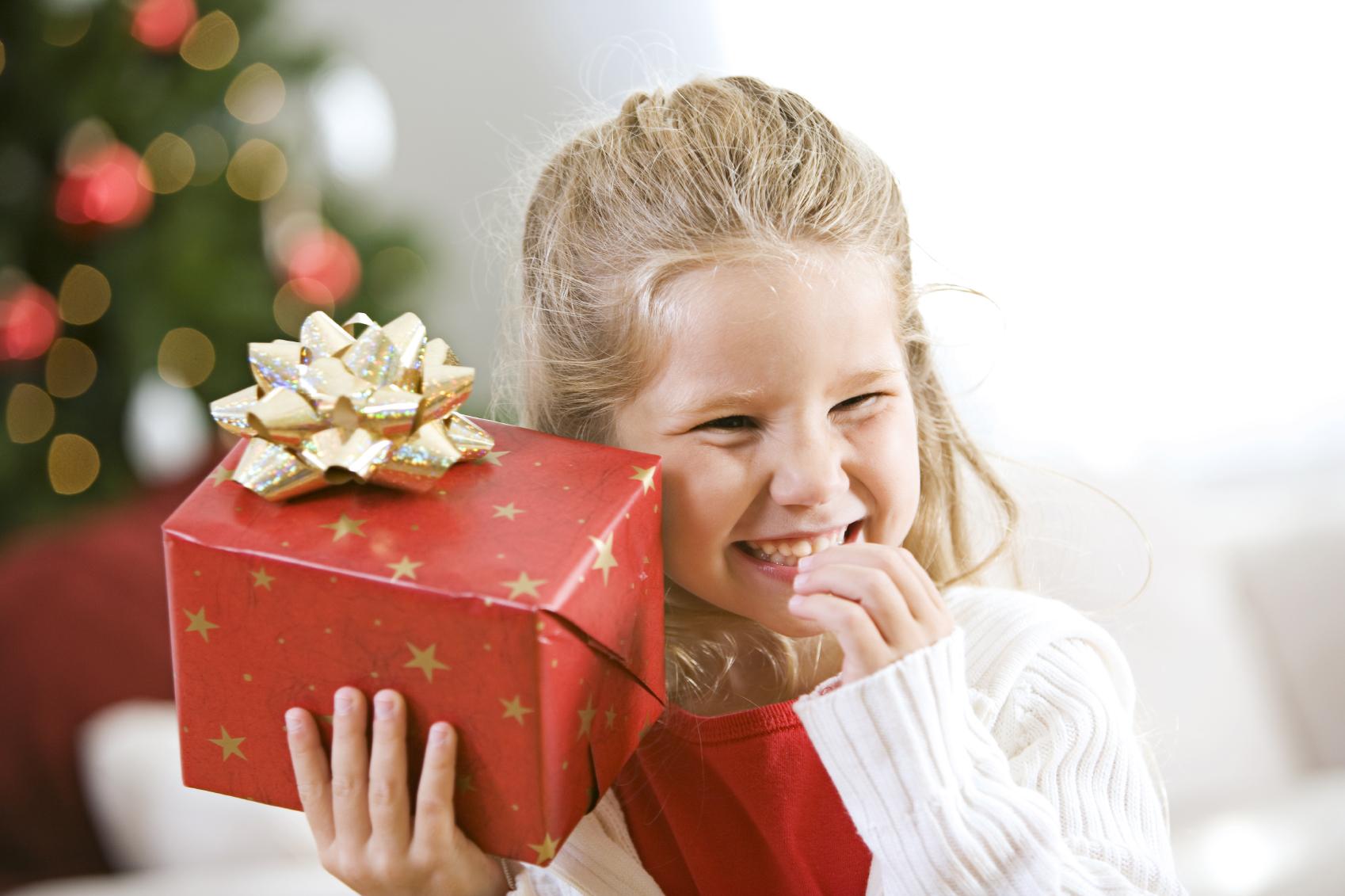 Подарки детям на Новый год: свежие идеи