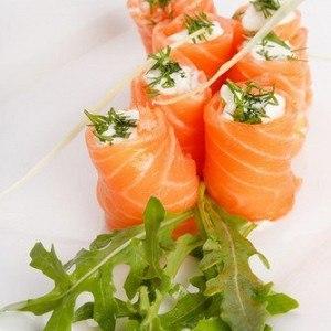 Рулет из копченого лосося, сливочного сыра и зеленого лука