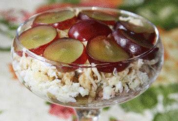 Салат из тунца с орехами и виноградом