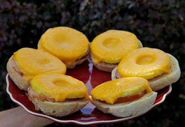 Открытый сэндвич с ветчиной, сыром и ананасом