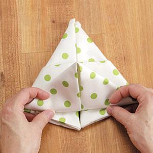Как сложить салфетку в виде зайчика
