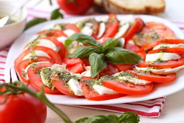 Салат-закуска Капрезе: рецепт и идеи подачи