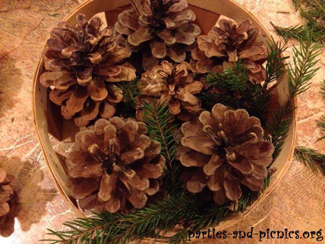 Очень простое новогоднее украшение из шишек и еловых веток